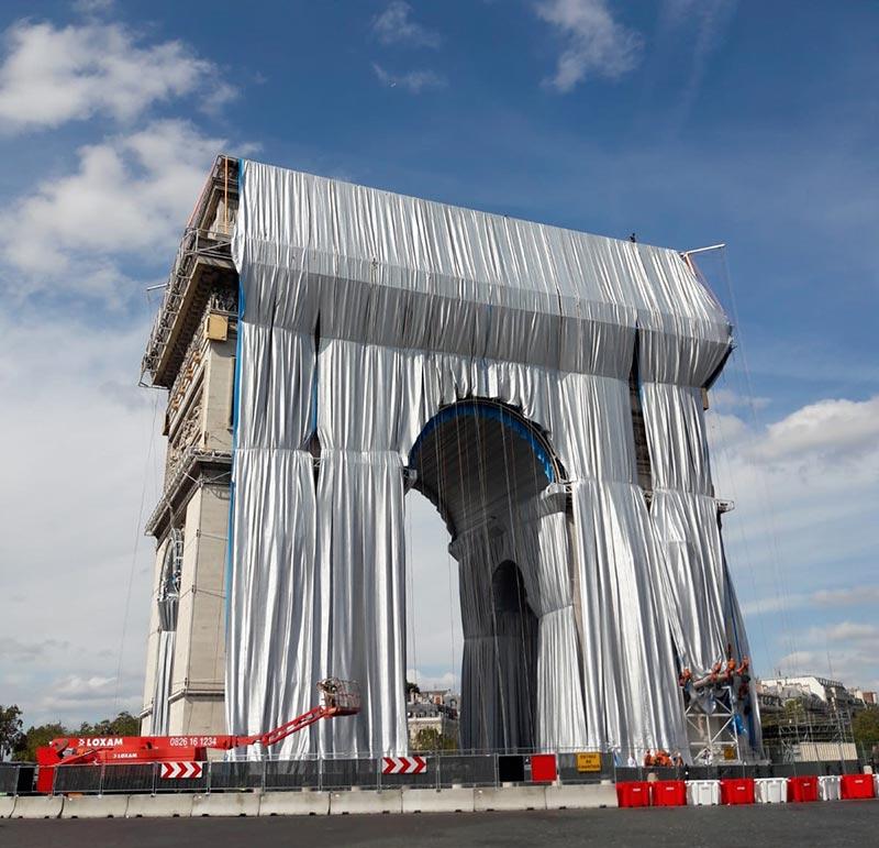 Premier « déroulé de tissu » pour l'empaquetage de l'Arc de Triomphe, œuvre posthume de Christo