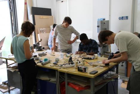 Etudiants travaillant dans l'atelier maquette de The Sustainable design School, Nice - The SDS