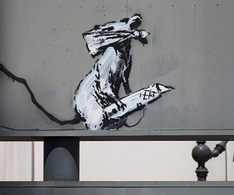 L'&oelig;uvre de Banksy, <em>Fifty years since the uprising in Paris 1968. The birthplace of modern stencil art</em>, volée sur le  panneau d'entrée du parking du Centre Georges Pompidou à Paris © Photo Banksy