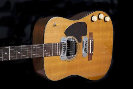 "La guitare utilisée par Kurt Cobain lors du concert ""Unplugged"". © Photo Julien's Auctions/AFP"
