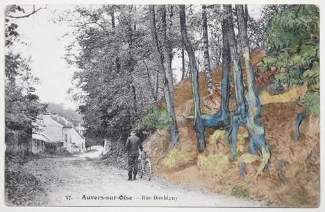 Carte postale de la Belle Epoque qui représente un homme sur la rue Daubigny avec à à droite une partie colorisée montrant l'emplacement du sujet du tableau Racines de Van Gogh