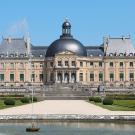 """La façade sud du château de Vaux-le-Vicomte vue depuis le """"Rond d'eau"""". © Photo Jean-Pol Grandmont, 2013"""